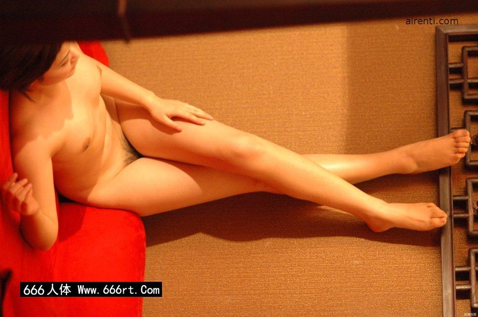 丰腴白皙妖艳的超模Judy床上造型