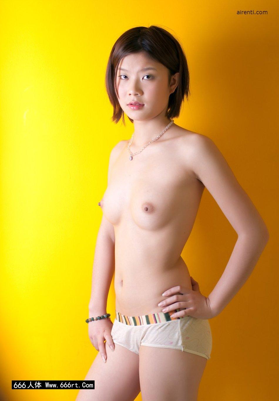 黄色背景棚拍穿着泳装的宋蕊_艾栗栗西西人体
