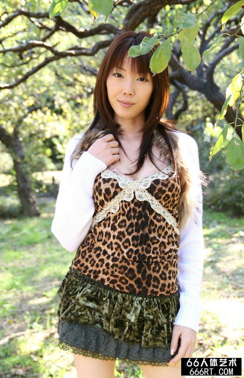 东洋熟妇户外豹纹短裙写照