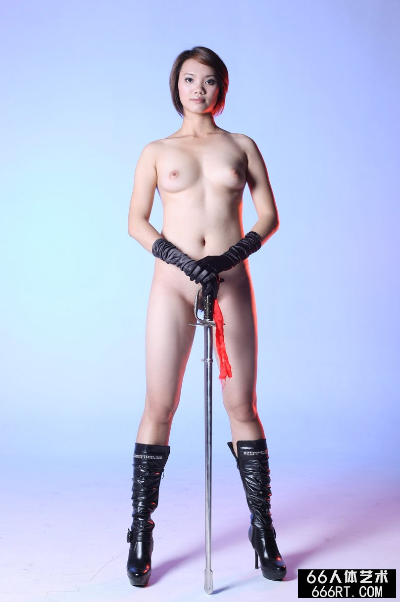 棚拍身材丰腴的短发裸模高妹舞剑