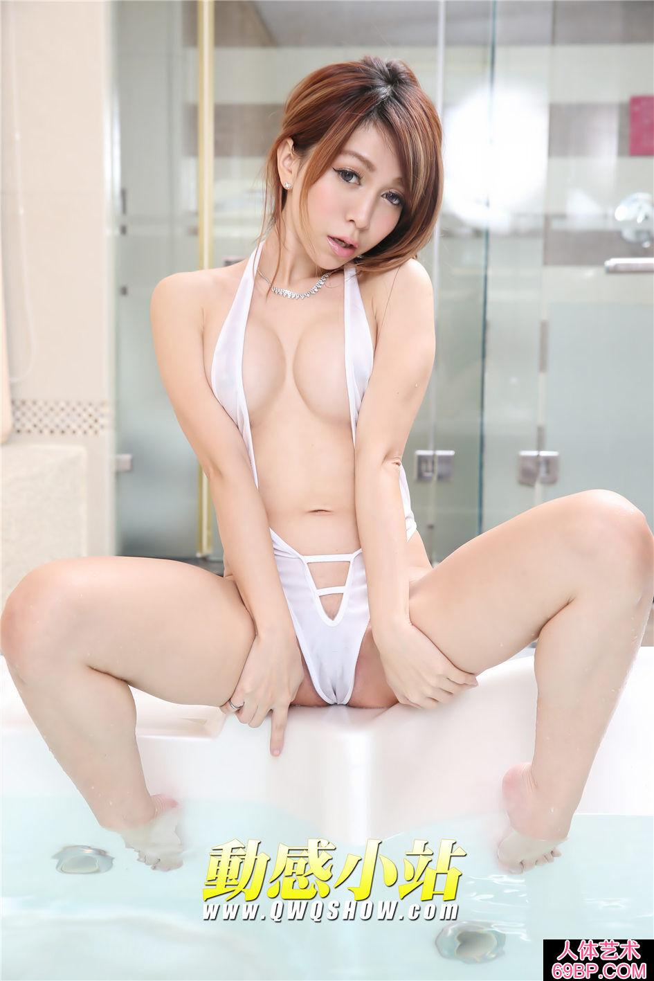 穿艳丽白色情趣泳池的台模布布摄影