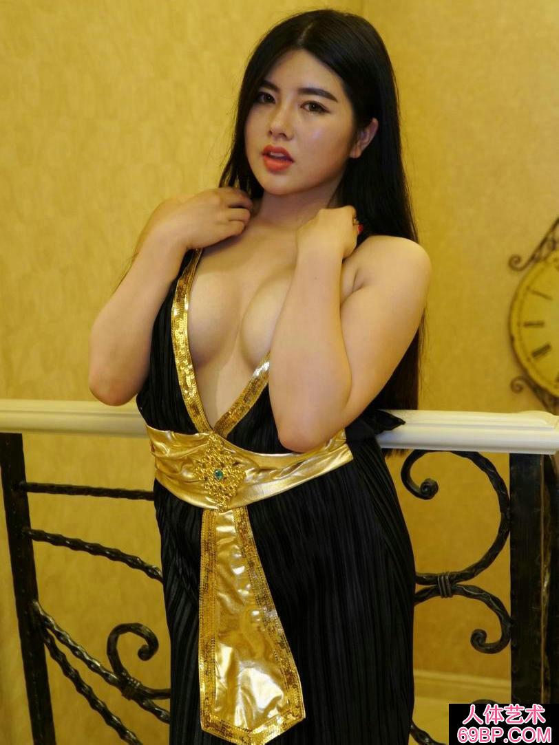 丰腴肉感的女神超模娜露美颜人体写照