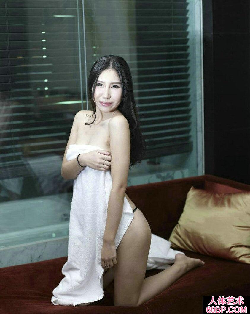 风韵犹存的熟妇徐娘萱萱私拍人体图片
