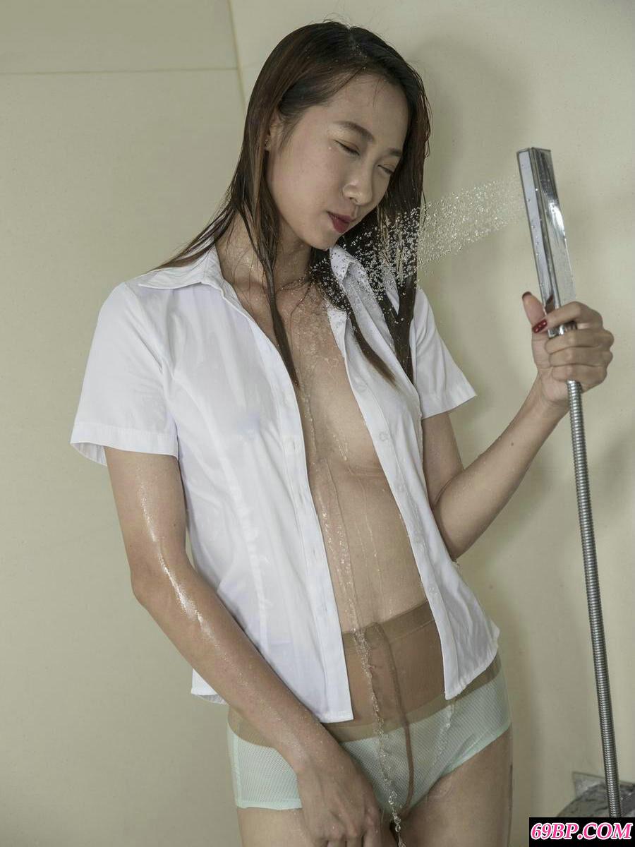 穿肉丝泳装浴室冲凉的裸模婷婷人体图