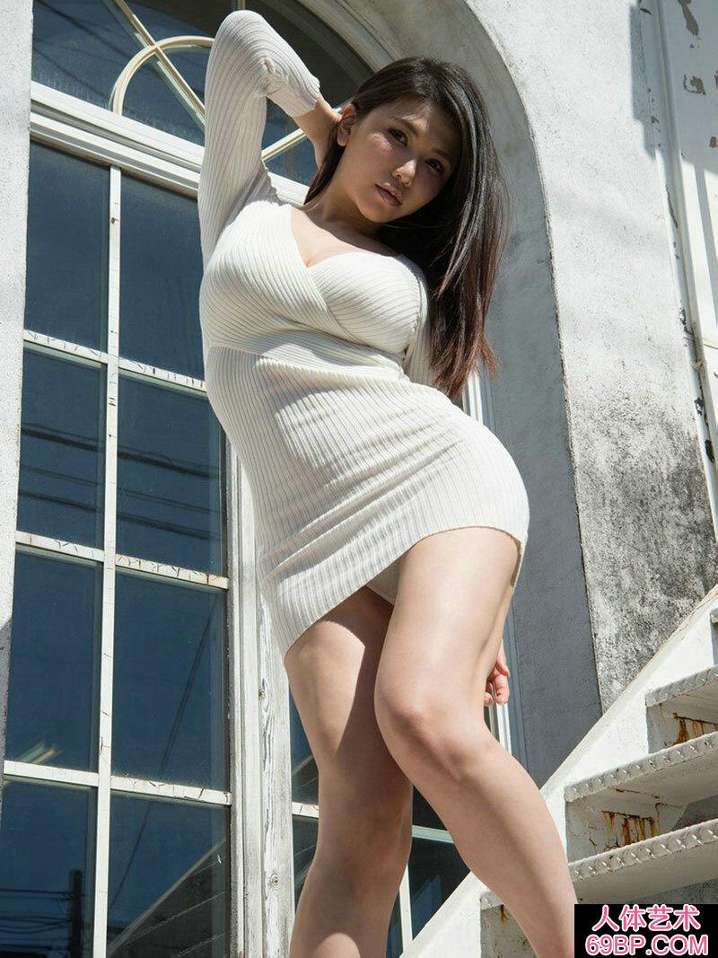 拥有S型身材的�S腴少女JULA大尺度摄影