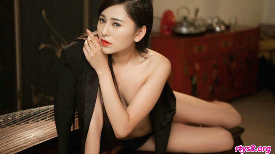 胸部坚挺滑嫩的尤物裸模吴沐熙室拍