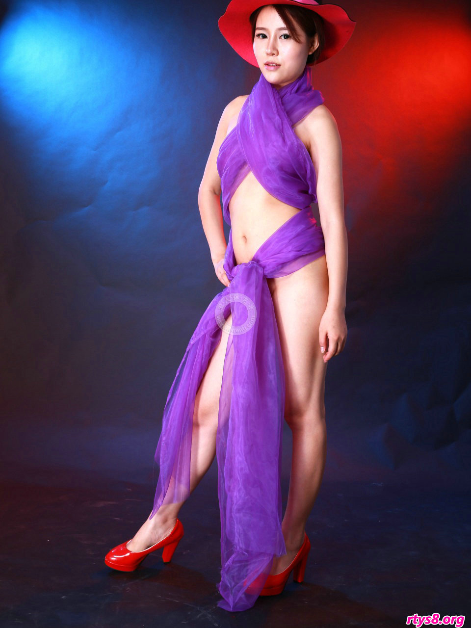 身披紫色丝巾的裸模阿熙演绎朦胧美
