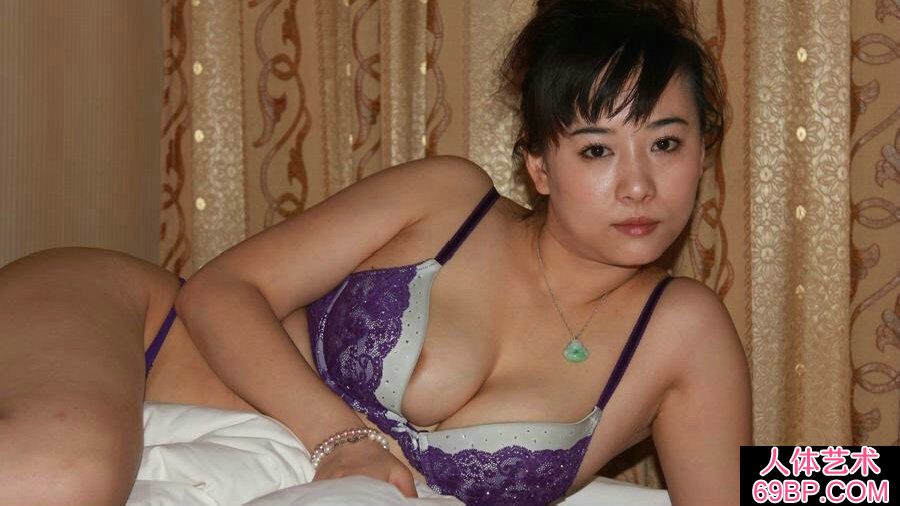 丰腴的熟龄靓女雪儿床上人体摄影