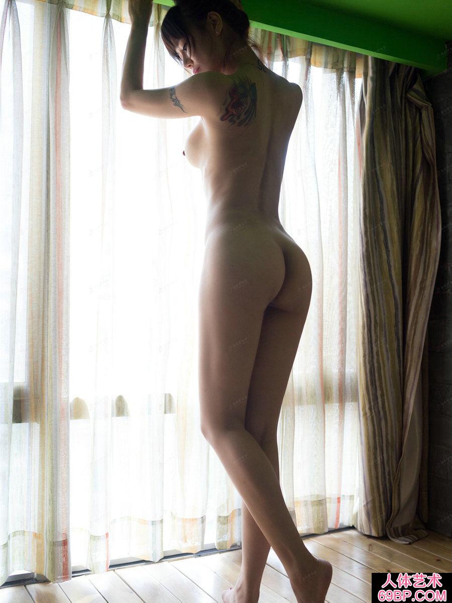 臀部又翘又圆的裸模何奕恋居家拍摄人体