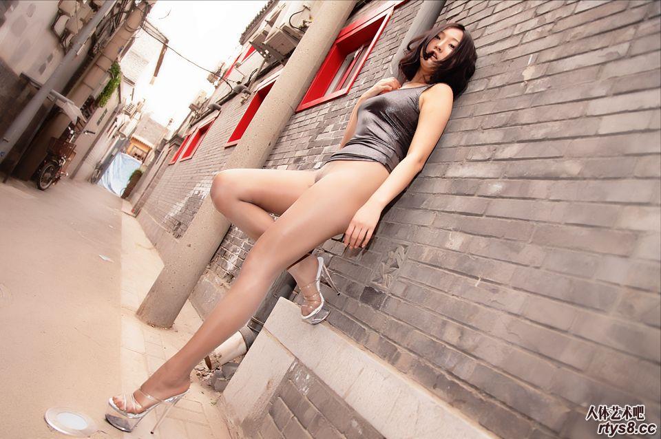 诱惑丝袜美人胡同里大尺度展示美臀